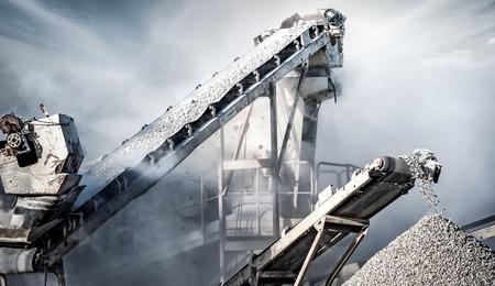 cemento: Cemento fábrica de producción en la cantera de la minería. Cinta transportadora de carga de maquinaria pesada piedras y grava