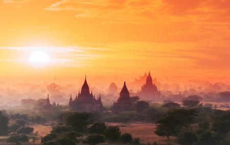 templo: Myanmar Bagan sitio hist�rico en el m�gico atardecer con cielo hermoso y templos budistas vista panor�mica Foto de archivo