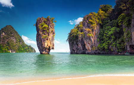 James Bond isla cerca de Phuket en Tailandia. Señal famosa y famoso destino turístico