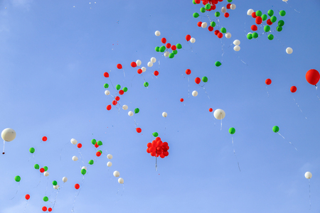 Many colorful balloons in the blue sky Imagens