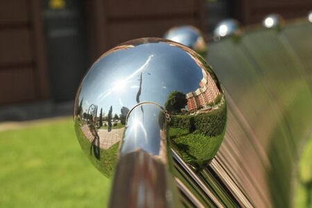Reflections of the city in a metal ball. Modern Architecture Banque d'images