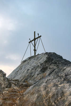 Dawn at the top of Mount Athos. Greece. Cross on the top of Mount Athos. Foto de archivo