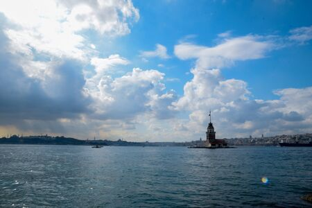 Maiden Tower or Kiz Kulesi with floating tourist boats on Bosphorus in Istanbul. Maiden Tower is the historical sign of Istanbul 免版税图像