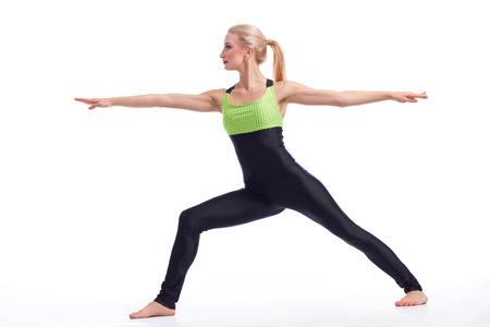 paz interior: Encontrar su paz interior. Hermosa mujer disfrutando de la práctica de yoga asana del guerrero aislada en copyspace Oga concepto de salud la armonía de la paz blanco Foto de archivo