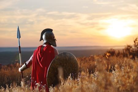 Incognito Krieger in eisernen Helm und rotem Mantel. Standard-Bild