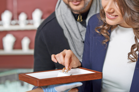 Couple at the jewelry store Standard-Bild