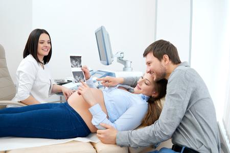 Joven, amoroso, embarazada, pareja, visitando, doctor, juntos