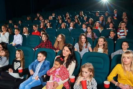 映画館で映画を見ている子供