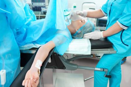수술을받는 여성 환자