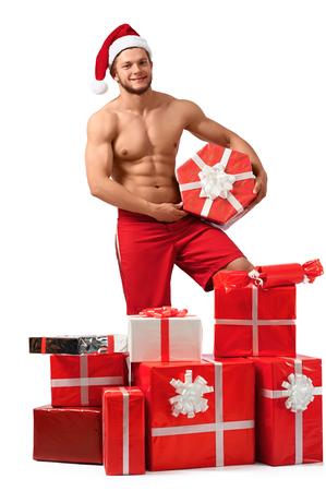 Sexy Santa Claus-man met een stapel van cadeaus