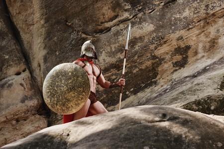 Griekse strijder poseren op rotsen