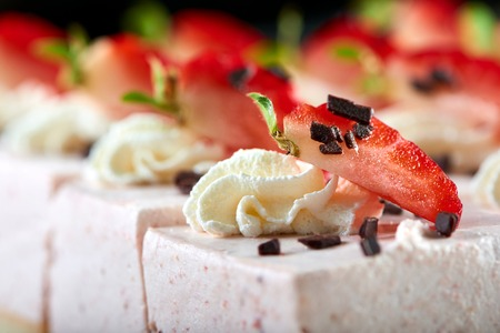 Tasty Souffle mit Schokolade und Erdbeere dekoriert Standard-Bild - 92288671