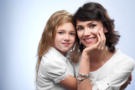 Family photo of a smiling a mother and heer beloved daughter. Banque d'images