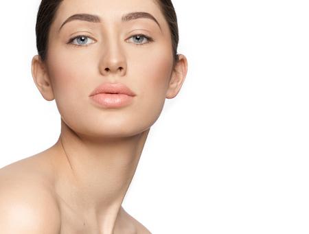 Portret van prachtig, mooi model met mooie make-up op witte achtergrond met kopieerruimte. Elegante, verleidelijke meisjesbrunette met schouders, perfecte huid, dikke lippen.