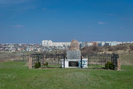 Miejsce, w którym w grudniu 1941 r. Zabito ponad 54 600 Żydów. Ukraina - 02 kwietnia 2017: Pomnik z granitem ofiar holokaustu w miejscowości Bogdanovka.
