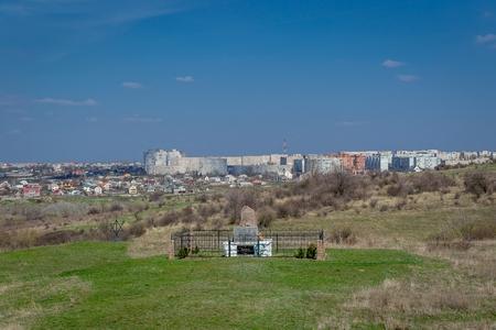 Miejsce, w którym w grudniu 1941 r. Zabito ponad 54 600 Żydów. Ukraina - 02 kwietnia 2017: Pomnik ofiar holokaustu we wsi Bogdanovka.