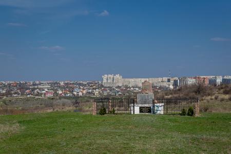 Miejsce, w którym w grudniu 1941 r. Zabito ponad 54 600 Żydów. Ukraina - 02 kwietnia 2017: Pomnik z granitem ofiar holokaustu w miejscowości Bogdanovka. Publikacyjne