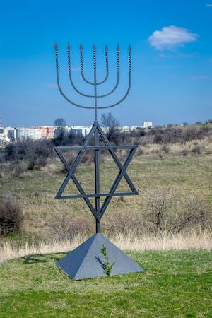 Menorah jest symbolem judaizmu, narodowo-religijnego znaku Izraela. Sześciopunktowa gwiazda Dawida. Pomnik ofiar holokaustu we wsi Bogdanovka.