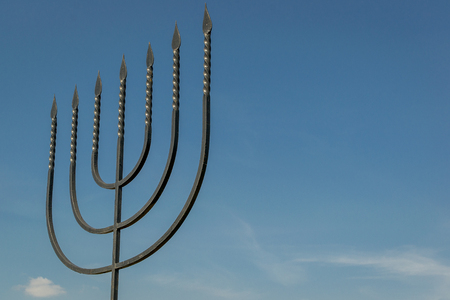 Menorah jest symbolem judaizmu, narodowo-religijnego znaku Izraela. Pomnik ofiar holokaustu we wsi Bogdanovka. Ukraina. Publikacyjne