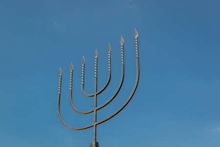Menorah jest symbolem judaizmu, narodowo-religijnego znaku Izraela. Pomnik ofiar holokaustu we wsi Bogdanovka. Ukraina.