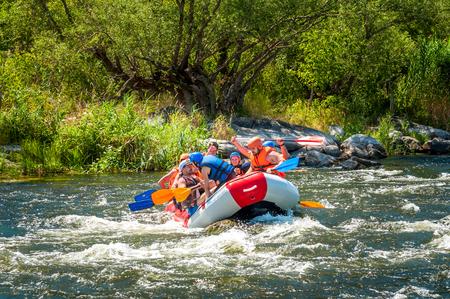 Dorp Mihia, Mykolayiv regio, Oekraïne - 2 juli 2017: Rafting en kajakken. Een populaire plek voor extreme familie- en bedrijfsrecreatie en training voor sporters.