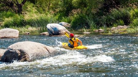Kayaking along the rough river rapids. Training athlete Banque d'images