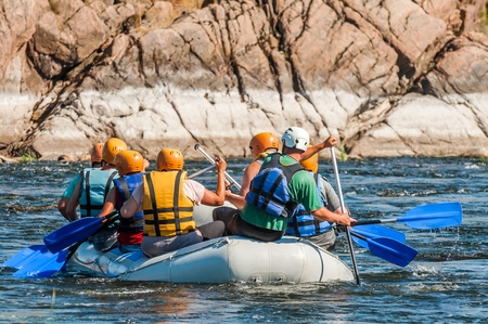 Rafting along the rough river rapids. Extreme vacation in nature Banque d'images