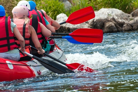 Rafting. Close-up view of oars with splashing water. Banque d'images