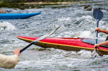 The nose of the kayak and the oars are close-up. Rafting on river rapids. Banque d'images