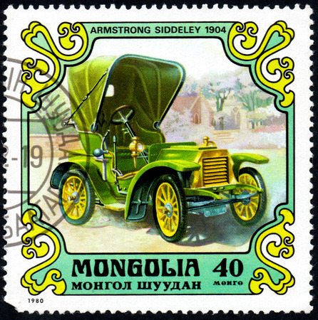 UKRAINE - CIRCA 2017: A postage stamp printed in Mongolia shows motorcar Armstrong Siddley, 1904 from the series Antique Cars, circa 1980 Éditoriale
