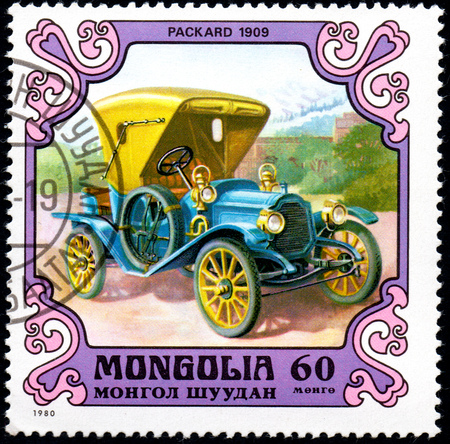 UKRAINE - CIRCA 2017: A postage stamp printed in Mongolia shows motorcar Packard, United States 1909 from the series Antique Cars, circa 1980 Éditoriale
