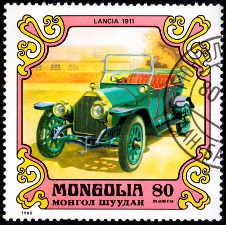 UKRAINE - CIRCA 2017: A postage stamp printed in Mongolia shows motorcar Lancia, Italy, 1911 from the series Antique Cars, circa 1980 Éditoriale