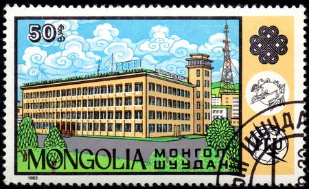 UKRAINE - CIRCA 2017: A postage stamp printed in Mongolia shows Central Postal office from the series Communications, circa 1983 Éditoriale