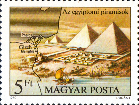 UKRAINE - CIRCA 2017: A postage stamp printed in Hungary shows Pyramids, from series Seven Wonders of the Ancient World, circa 1980 Éditoriale