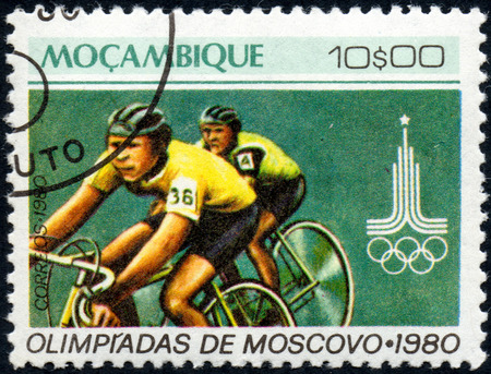 UKRAINE - CIRCA 2017: A postage stamp printed in Mozambique shows Cycling, from series Summer Olympic Games 1980, Moscow, circa 1980 Éditoriale
