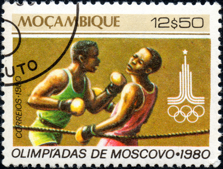 UKRAINE - CIRCA 2017: A postage stamp printed in Mozambique shows Boxing, from series Summer Olympic Games 1980, Moscow, circa 1980 Éditoriale