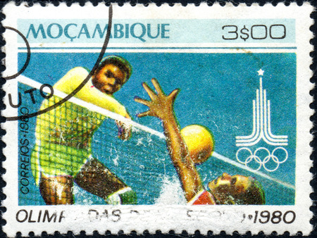 UKRAINE - CIRCA 2017: A postage stamp printed in Mozambique shows Volleyball, from series Summer Olympic Games 1980, Moscow, circa 1980 Éditoriale