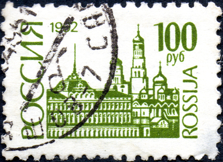 UKRAINE - CIRCA 2017: A postage stamp printed in Russia shows Moscow Kremlin. Series 1st Definitive Issue, circa 1992 Éditoriale