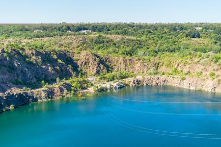 Ukraine, Migea, lac sur le site de l'ancienne carrière de granit. Câbles en acier, chariot Route de zipline sur le lac. Zipline xtreme et repos actif. Banque d'images