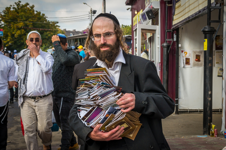 Uman, Ukraine - 2 octobre 2016: Rosh Hashanah, nouvelle année juive 5777. Il est célébré à la tombe du rabbin Nachman. Les pèlerins de Hasidim en tenue festive traditionnelle célèbrent la messe sur l'Uman. Éditoriale