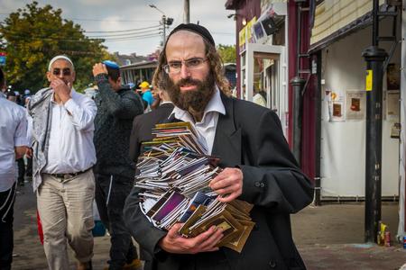 Uman, Ukraine - 2 octobre 2016: Rosh Hashanah, nouvelle année juive 5777. Il est célébré à la tombe du rabbin Nachman. Les pèlerins de Hasidim en tenue festive traditionnelle célèbrent la messe sur l'Uman. Banque d'images - 84306497