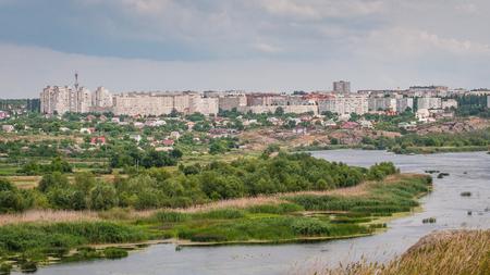 Vue panoramique de la ville de Yuzhnoukrainsk située sur la rive roche granite de Southern Bug River. Ukraine. Banque d'images - 84753760