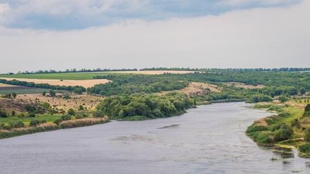 Vue panoramique de la rivière South Bug. La rivière possède des bancs de granit pierreux. Ukraine. Banque d'images