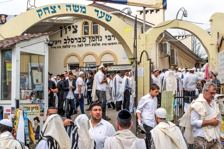 Uman, Ukraine - 21 September 2017: Rosh Hashanah, Jewish New Year 5778. It is celebrated near the grave of Rabbi Nachman in Uman. Pilgrims at the entrance to the synagogue. Éditoriale