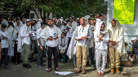 Uman, Ukraine - 21 September 2017: Rosh Hashanah, Jewish New Year 5778. Mass prayer of pilgrims of Hasidim on the street of the city of Uman where Rebbe Nachman, the founder of Hasidism, is buried. Éditoriale