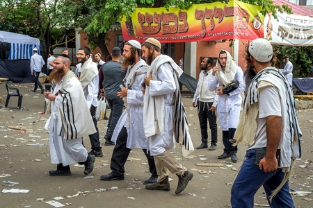 Uman, Ukraine - 21 September 2017: Rosh Hashanah, Jewish New Year 5778. It is celebrated near the grave of Rabbi Nachman. Pilgrims of the Hasidim on the street of the city of Uman. Éditoriale