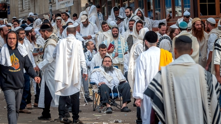 Mass prayer. Hasids pilgrims in traditional clothes. Uman, Ukraine - September 21, 2017: Rosh-ha-Shana festival, Jewish New Year. Éditoriale