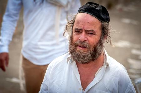 Vieilli, mendiant hasid pèlerin sur la rue de la ville. Uman, Ukraine - 21 septembre 2017: vacances à Rosh Hashanah, nouvel an juif.