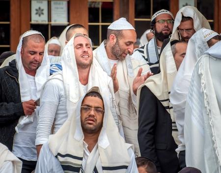 Prière de masse. Hasids pèlerins en vêtements traditionnels. Uman, Ukraine - 21 septembre 2017: festival de Rosh-ha-Shana, nouvel an juif.