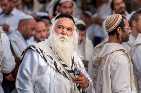 Pèlerin Hassid âgé dans la foule sur la rue de la ville. Uman, Ukraine - 21 septembre 2017: vacances à Rosh Hashanah, nouvel an juif.